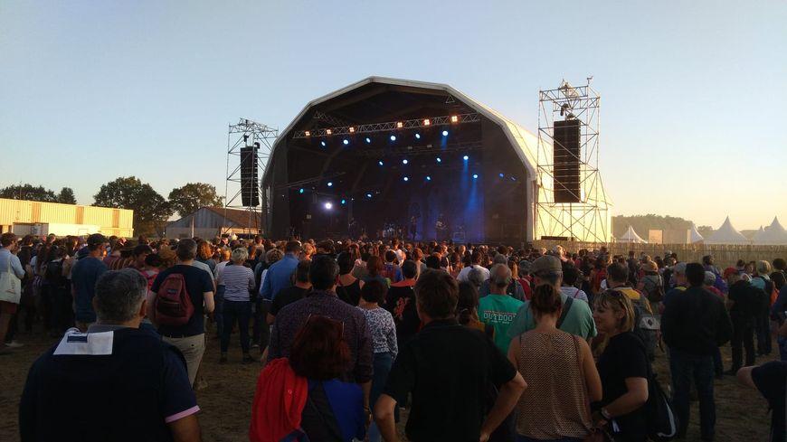 Au fil de cette première soirée, les festivaliers se sont rassemblés devant une seule scène sur l'aérodrome de Saint-Laurent