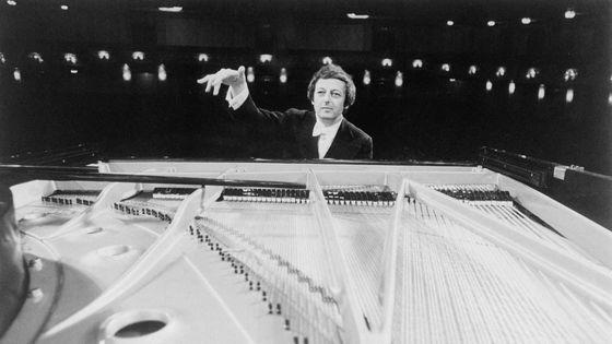 André Previn dirigeant du piano le 20e concerto pour piano de Mozart avec le Pittsburg Symphony Orchestra (1977)
