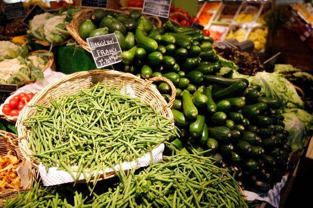 Même pour le rayon fruits et légumes les commerçants essaient de donner à leurs étales des allures de marché.