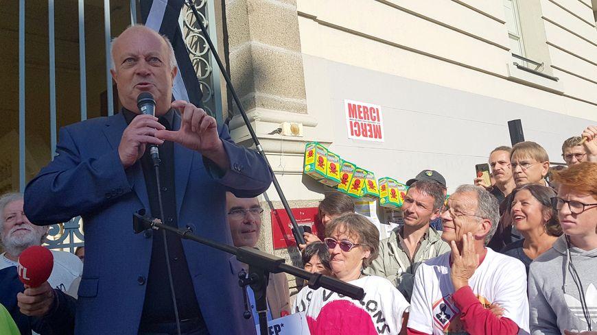 Le maire de Langouët, Daniel Cueff devant le tribunal administratif de Rennes (Ille-et-Vilaine) après l'audience sur 'interdiction des pesticides. 22 août 2019.