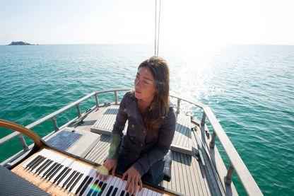 """Marieke Huysmans-Berthou, pianiste, chanteuse, et auteure de """"Pianocéan"""" (Glénat), à bord de la goélette Lady Flow avec son piano."""