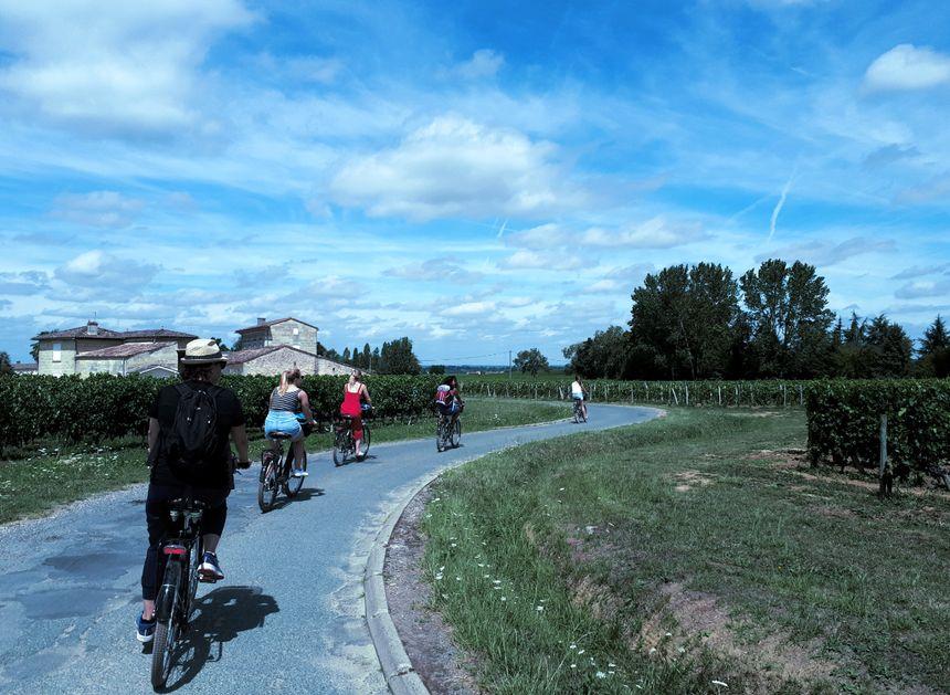 Retour en vélo depuis Saint-Emilion jusqu'au Château Baleau pour la première dégustation et le déjeuner de produits locaux.