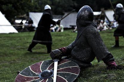 Des chevaliers qui s'affrontent à coups d'épée et de hache : découvrez le béhourd