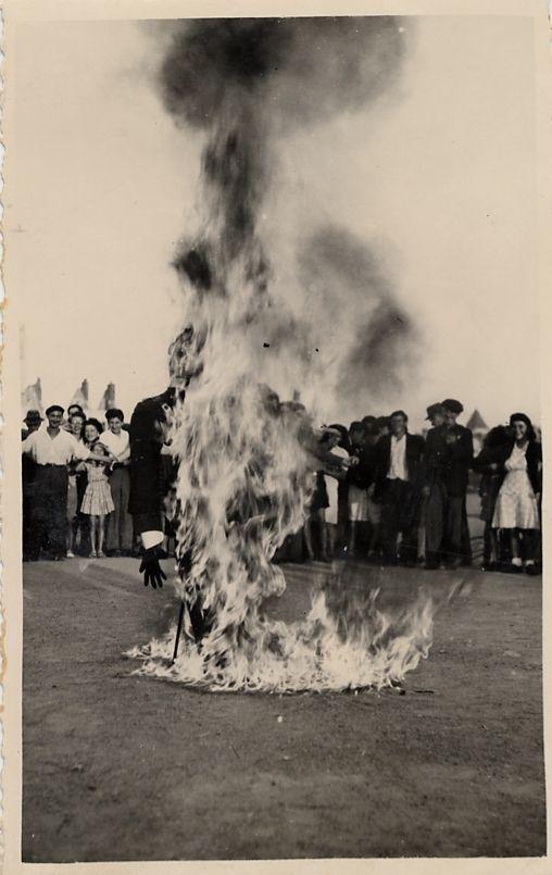 Des soldats brulent une effigie d'Hitler sur la place du Martroi (photos archives municipales d'Orleans)