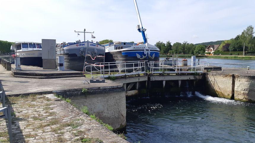 A Villeneuve-sur-Yonne, des péniches et des bateaux de plaisance ne peuvent pas repartir vers l'aval de l'écluse en direction de Paris