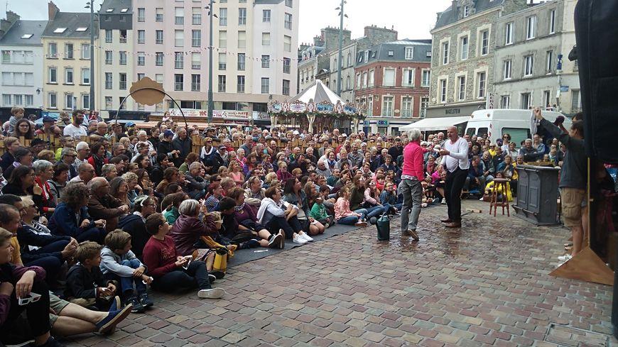 """La compagnie Acid kostik pour """"Sandy et Le Vilain Mc Coy """" au festival Fanfar'août place De Gaulle à Cherbourg"""