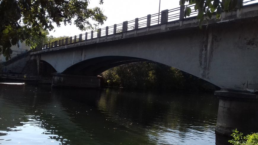 Le pont de Châtenay, au-dessus de la Charente, rejoint Cognac à Boutiers-Saint-Trojan