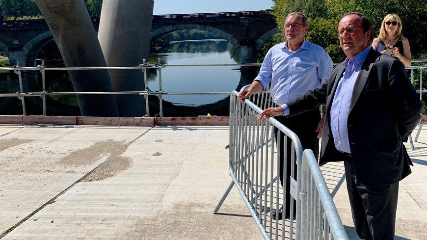 François Hollande a visité le chantier de Beynac avec Germinal Peiro, président du conseil départemental de la Dordogne