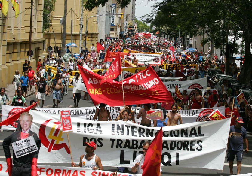 Des militants altermondialistes manifestent lors de la journée de clôture du Ve Forum social mondial à Porto Alegre, au sud du Brésil, le 31 janvier 2005.