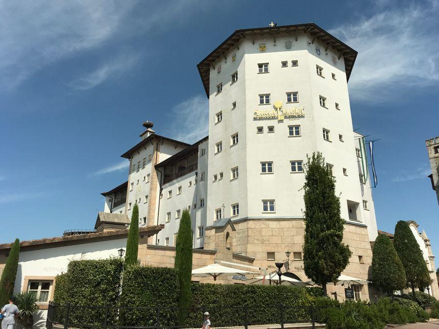 La chapelle Saint-Jacques accueille les fidèles dans un hôtel imitant un monastère portugais.