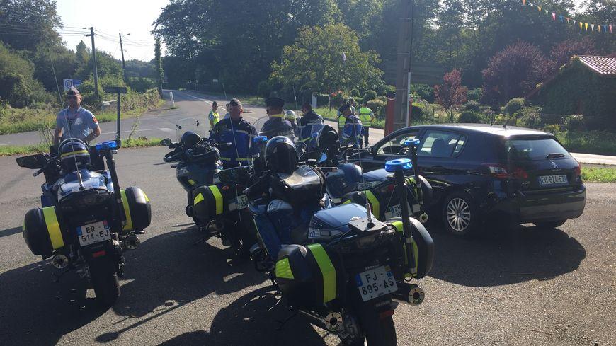 Les gendarmes de la brigade de circonstance effectuent un contrôle sur la route près d'Arbonne.