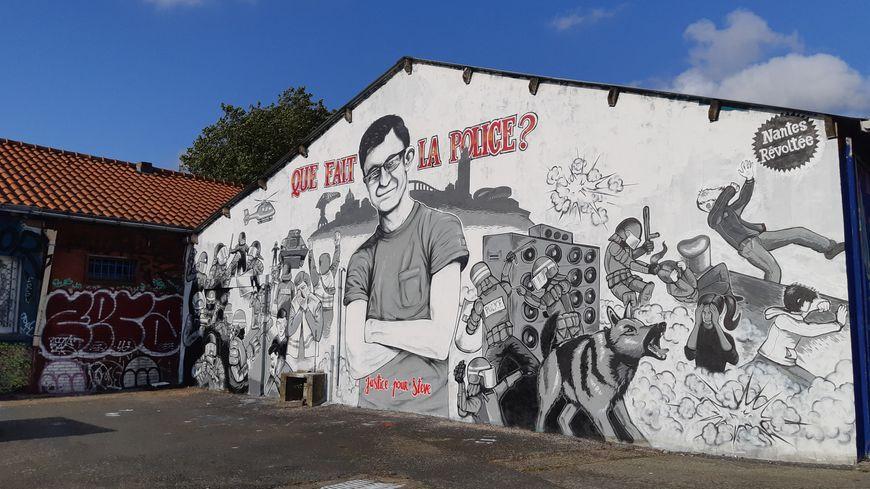 """Fresque """"Que fait la police?"""" en hommage à Steve Maia Caniço, sur les bords de Loire à Nantes le 30 juillet 2019."""