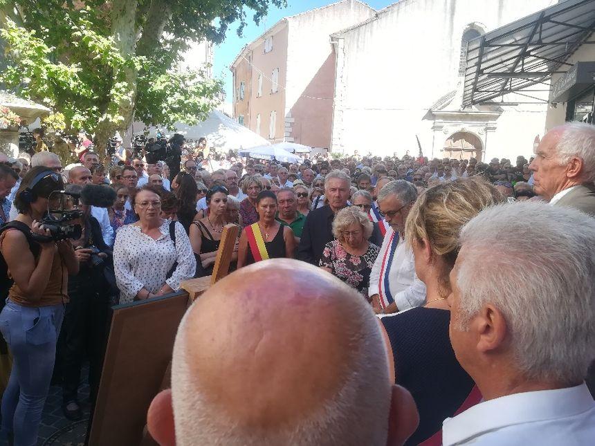Plusieurs centaines de personnes se sont recueillies jeudi après-midi devant la mairie de Signes.