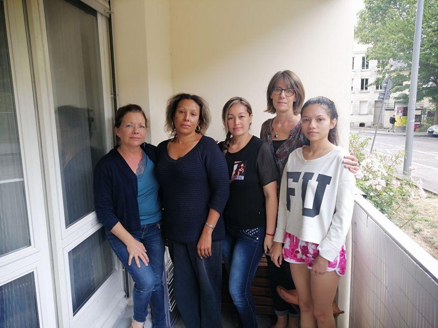 Adriana, la bénévole qui héberge les trois touristes, Wilma, Liliana, Elsa qui les a recueillies sur le bord de la route, et Jennifer et - Radio France