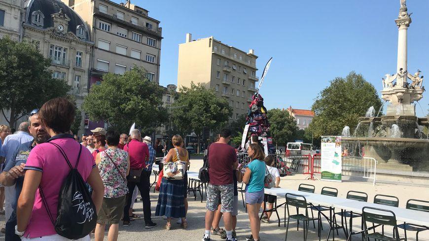 Une cinquantaine de manifestants devant la fontaine monumentale à Valence ce samedi midi