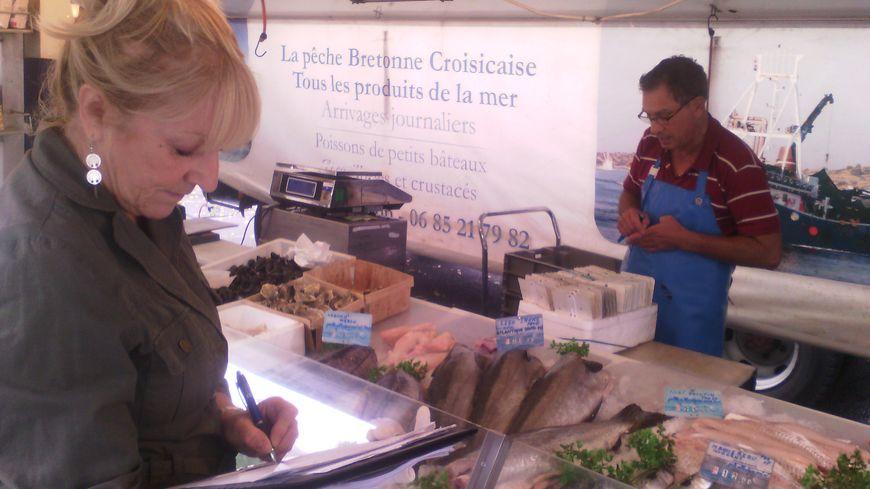 Les agents de l'Etat contrôlent un poissonnier sur le marché de Azay-le-Rideau