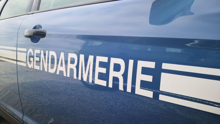 Les gendarmes ont bouclé le quartier pour retrouver le conjoint de la victime.