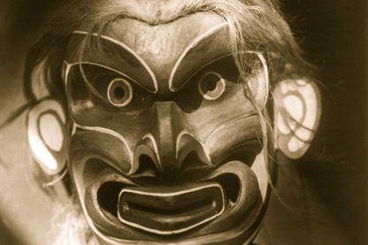 Amérindien du Canada (Kwakiutl) portant un masque de Pgwis