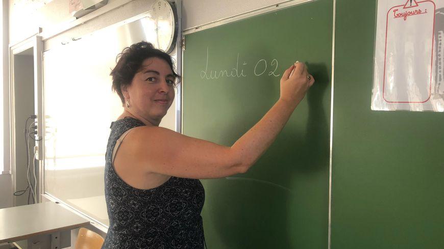 Myriam, 40 ans, fait sa première rentrée scolaire en tant que professeure des écoles stagiaire.