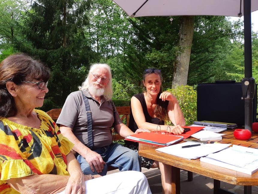 Pour transporter le dossier qu'ils ont monté,  les membres de l'association Le Pic vert des Bois Francs ont besoin d'une valise ( à droite de la présidente Aurélie Serry)