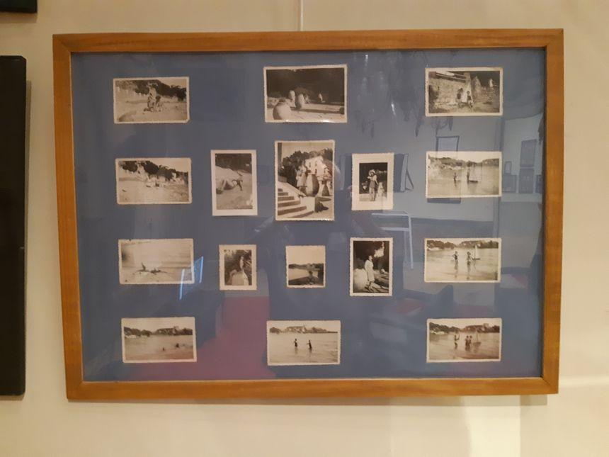 Un cadre avec des photos personnelles de la famille du comédien