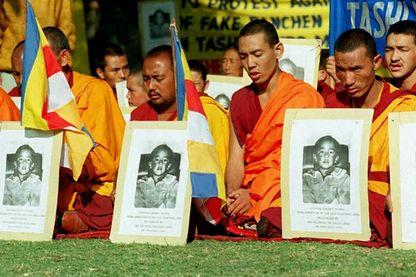 Des moines tibétains prient lors d'une grève de la faim devant les bureaux de l'ONU à New Delhi le 20 décembre 1995 pour exiger que la Chine libère le garçon de six ans choisi par le Dalaï Lama comme réincarnation du Panchen Lama.