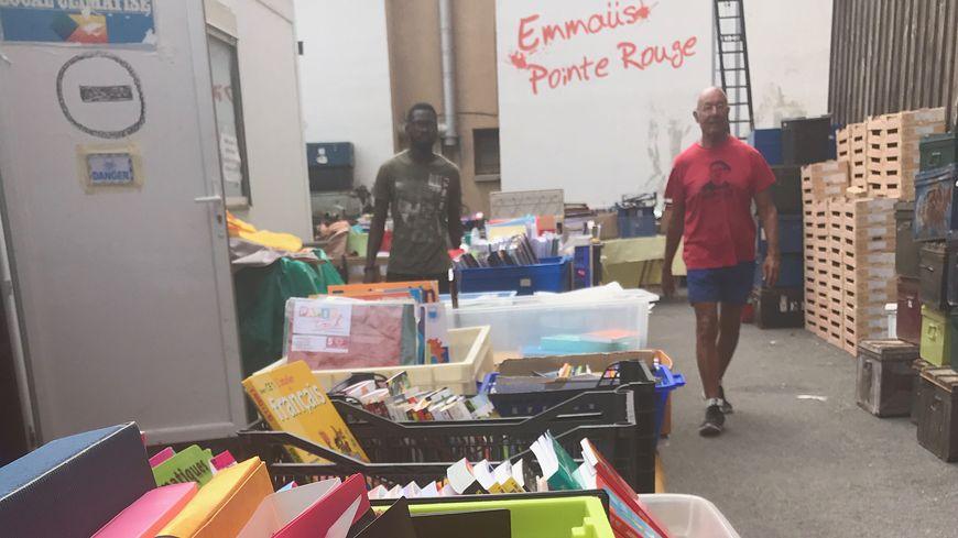 Des fournitures scolaires vendues au poids et à petits prix à la communauté Emmaüs de la Pointe Rouge.