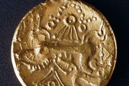Demi statère en or de la région d'Evreux, représentant un cheval au galop, au verso. Pièces gauloises. Jean Vinchon Numismatique.