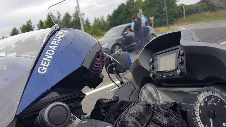 Moto de la gendarmerie lors d'un contrôle.