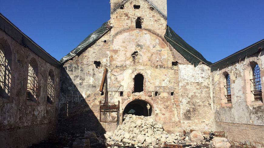 Les restes de toitures ont été bâchées