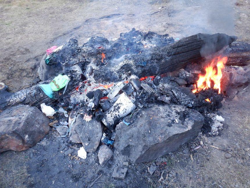 Des déchets abandonnés et des feux interdits au bord de ce lac protégé