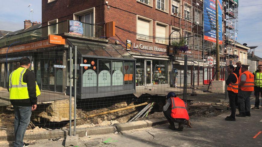 Le magasin de chaussures et la mercerie, situés à quelques mètres du trou, ont le droit de rouvrir.
