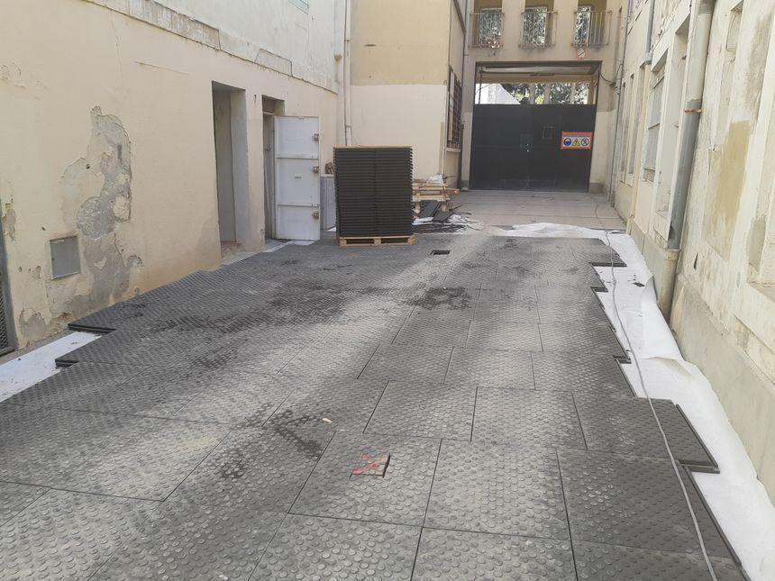 Effectivement le dallage couvre le parcours qui mène à l'entrée de l'ancien collège Saint Michel