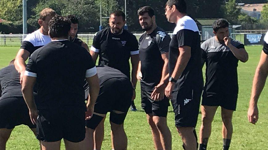 Le coach montois David Auradou avec ses joueurs à l'entraînement