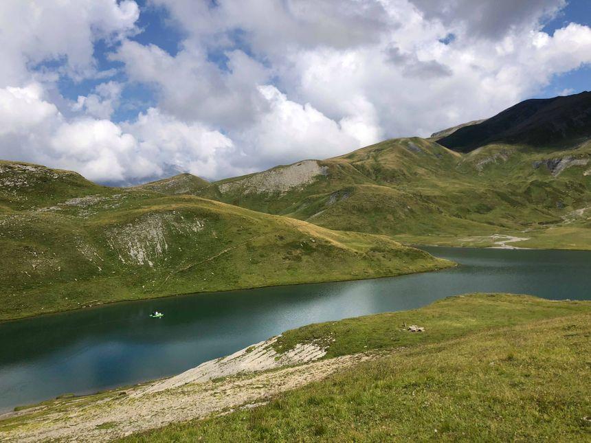 L'équipe (à gauche) fait des prélèvements sur les deux hectares du lac.