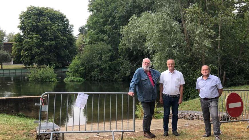 Le maire Patrick Collet et ses adjoints, Guy Gilet et Yann Le Cossec, espèrent pouvoir lever rapidement l'interdiction de baignade.