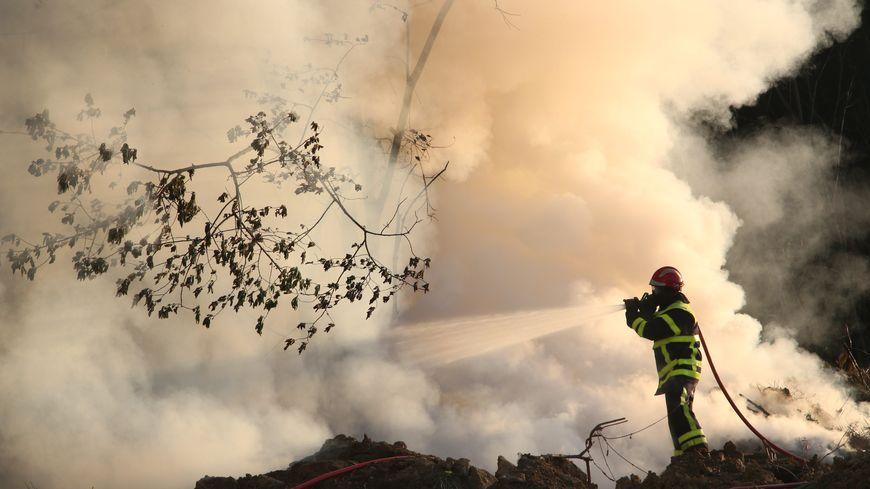 Les pompiers de la Corrèze luttent contre un feu difficile d'accès ce mercredi dans les gorges de la Dordogne - illustration