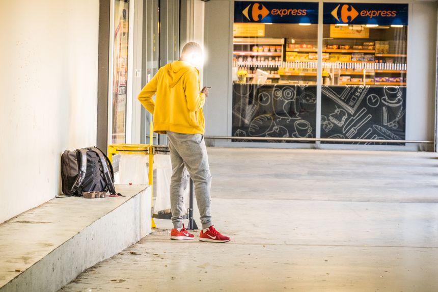 Un jeune migrant à la gare Viotte deBesançon. Il vient chercher du WiFi gratuit