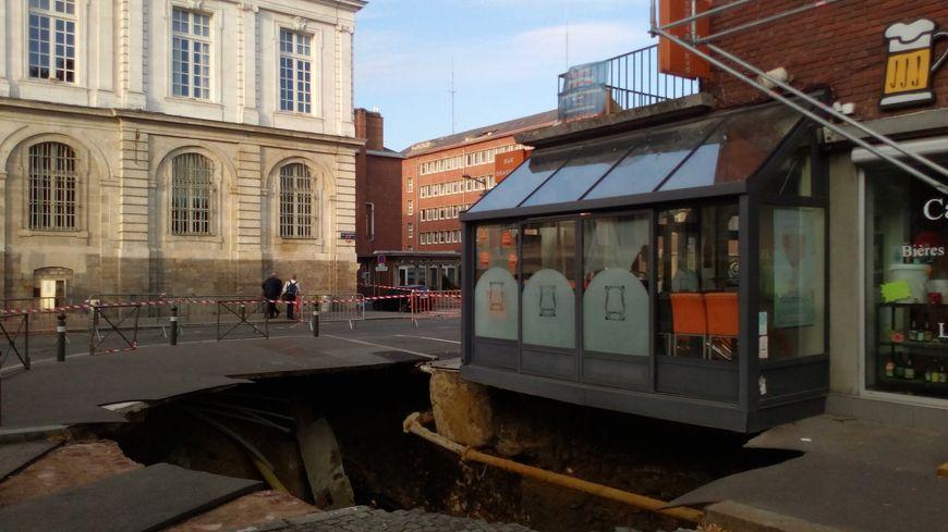 Un effondrement dans la chaussée a provoqué un trou géant dans le centre-ville d'Amiens