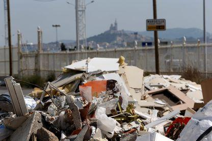 Illustration des décharges sauvages et illégales (lieux de stockage intempestif des déchets) ci contre à l'entrée de la ville de Marseille côté autoroute du Littoral (A55) au niveau de l'usine Panzani