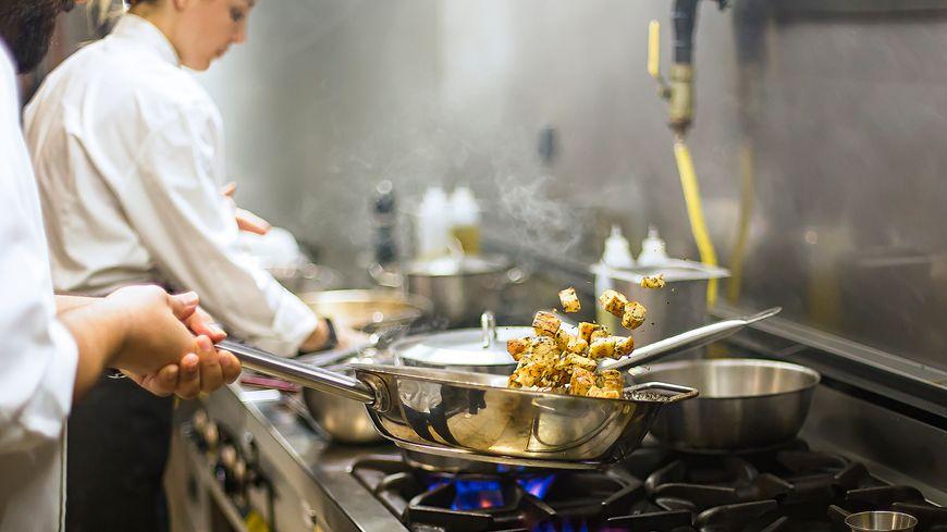 Chef dans la cuisine d'un hôtel-restaurant