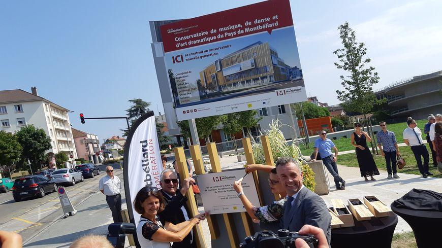 Les élus vissent la plaque qui annonce le chantier à venir... dans huit mois