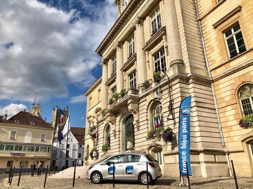 La voiture France Bleu Paris devant la Mairie de Meaux