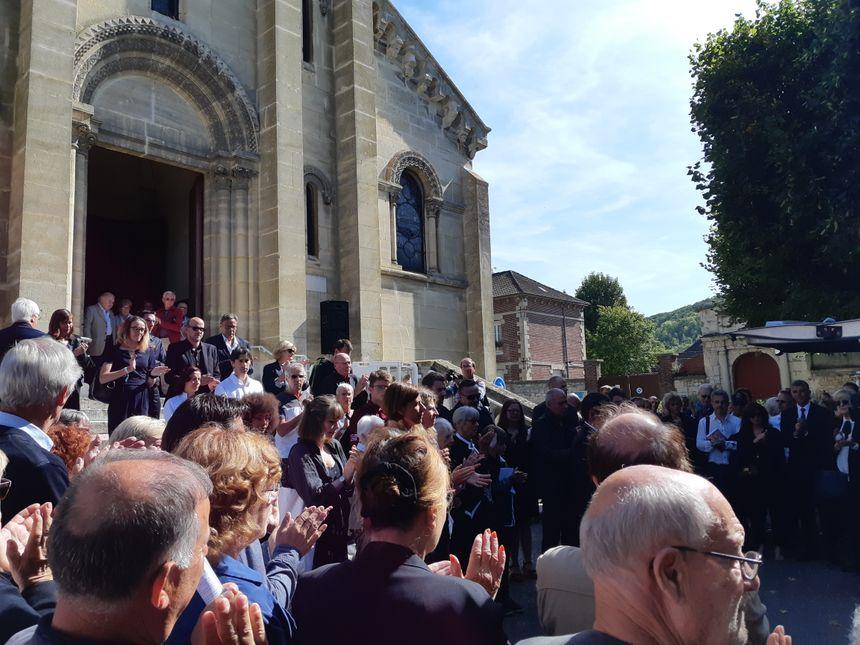 Le cercueil quitte l'église Saint-Nicolas de Vernon sous les applaudissements. - Radio France