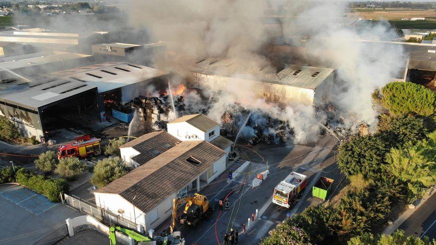 Une trentaine de pompiers sont mobilisés pour tenter d'éteindre l'incendie