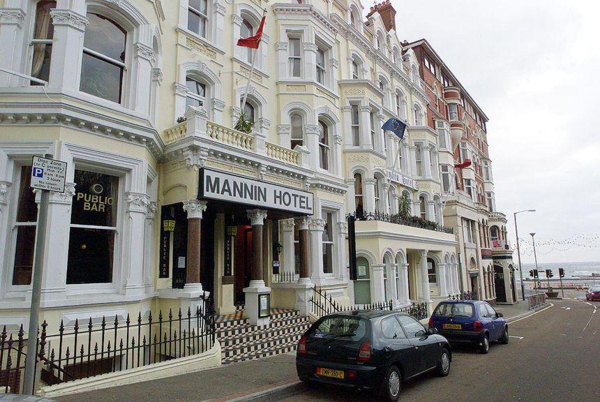 """La façade de l'hôtel Mannin dans la ville de Douglas sur l'Ile de Man dont le propriétaire a reconnu la photo du docteur Godard qui a séjourné avec ses enfants dans son établissement """"il y a trois ou quatre semaines""""."""