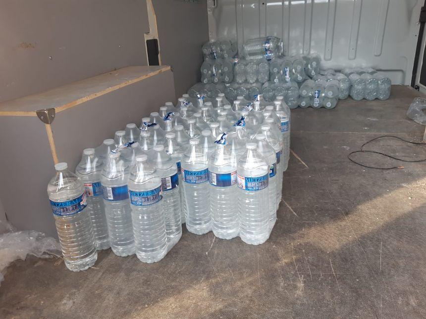 Les stocks de bouteilles d'eau distribués aux habitants par Véolia.