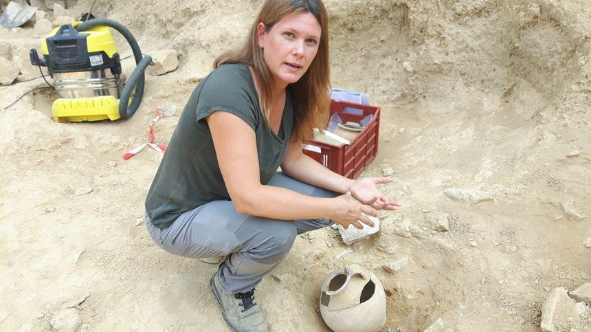 Gaëlle Granier, chercheuse au CNRS, devant une petite amphore ayant contnu le corps d'un enfant nouveau-né