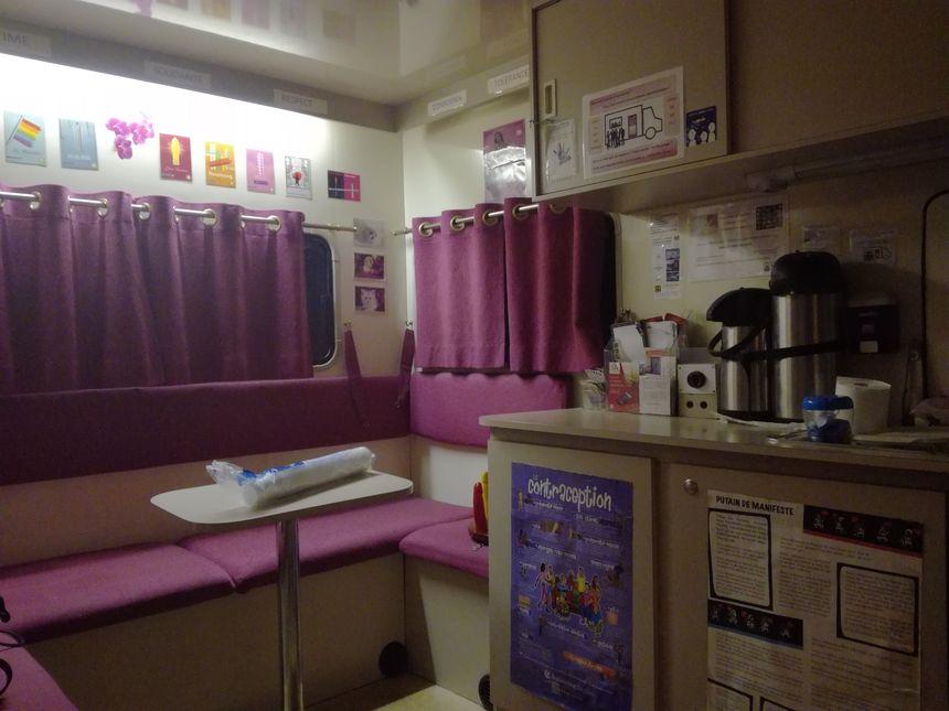 A l'intérieur, les prostituées ont une banquette pour s'asseoir. Les bénévoles leur servent leur boissons chaudes et entament le dialogue.