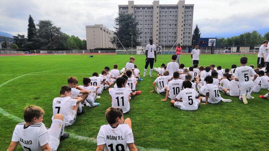 102 jeunes footballeurs participent à ce stage d'entraînement avec le staff du Real Madrid